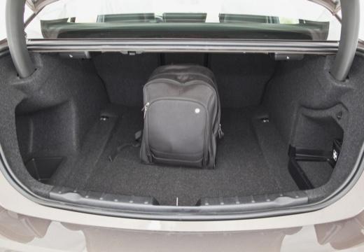 BMW Seria 3 F30 sedan szary ciemny przestrzeń załadunkowa