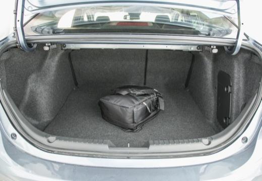 MAZDA 3 V sedan niebieski jasny przestrzeń załadunkowa