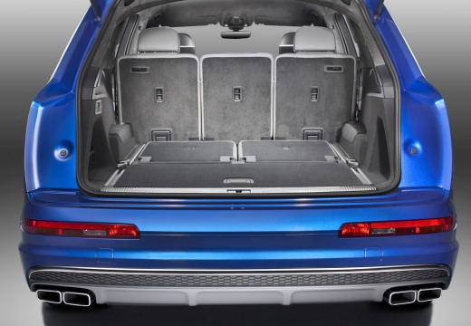 AUDI Q7 III kombi niebieski jasny przestrzeń załadunkowa