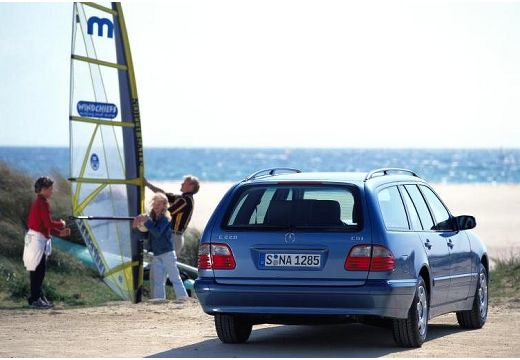 MERCEDES-BENZ Klasa E S 210 II kombi niebieski jasny tylny prawy