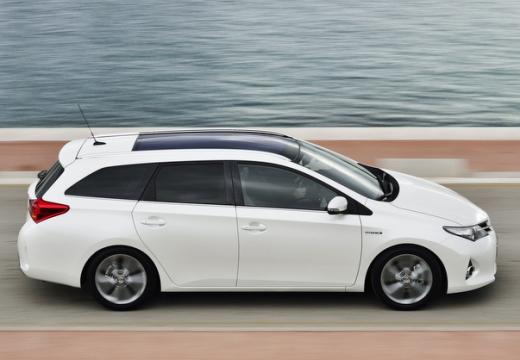 Toyota Auris kombi biały boczny prawy