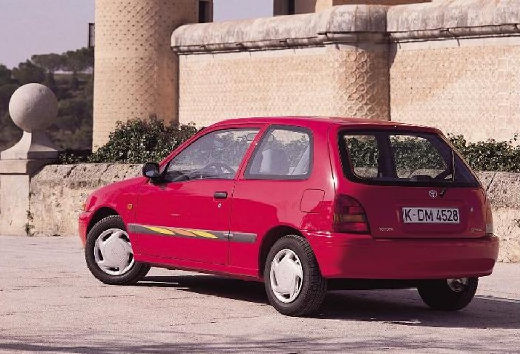 Toyota Starlet hatchback czerwony jasny tylny lewy
