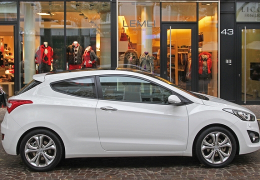 HYUNDAI i30 III hatchback biały boczny prawy