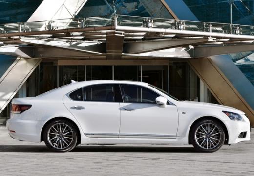 LEXUS LS III sedan biały boczny prawy