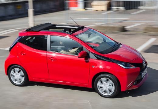 Toyota Aygo IV hatchback czerwony jasny boczny prawy