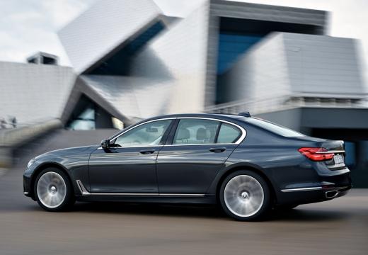 BMW Seria 7 sedan szary ciemny boczny lewy