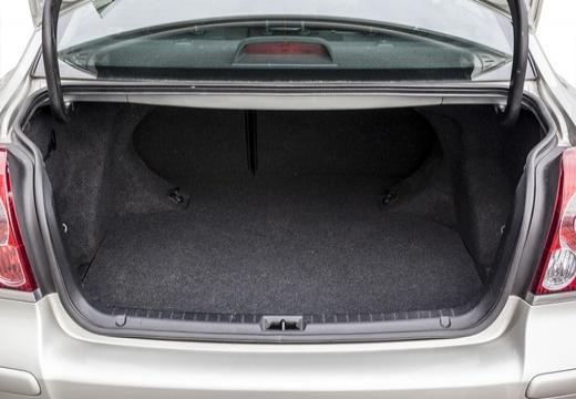 Toyota Avensis IV sedan silver grey przestrzeń załadunkowa