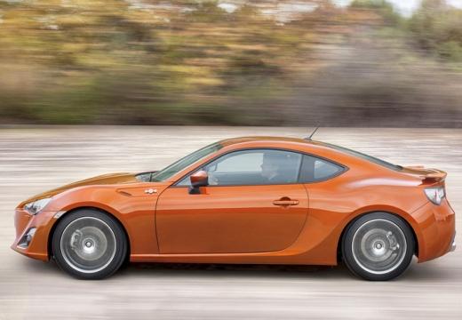 Toyota GT86 coupe pomarańczowy boczny lewy