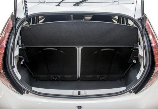 Toyota Aygo IV hatchback biały przestrzeń załadunkowa