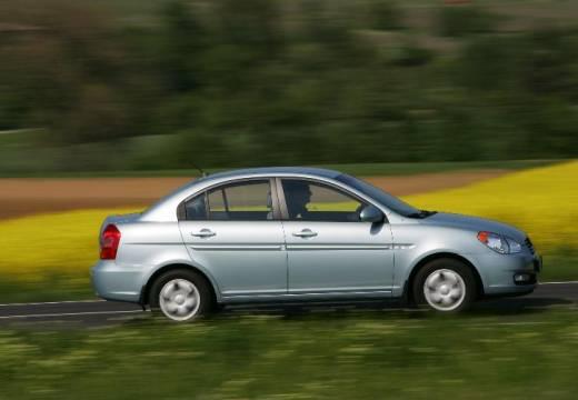 HYUNDAI Accent IV sedan silver grey boczny prawy