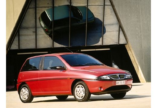 LANCIA Y hatchback czerwony jasny przedni prawy