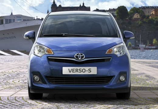 Toyota Verso-S hatchback niebieski jasny przedni