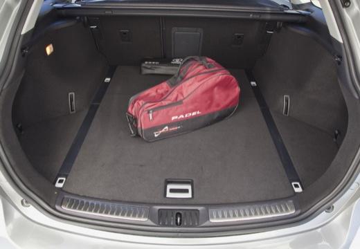 Toyota Avensis VI kombi silver grey przestrzeń załadunkowa