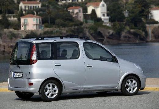 Toyota Yaris Verso II kombi silver grey tylny prawy