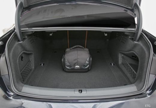 AUDI A4 I sedan przestrzeń załadunkowa