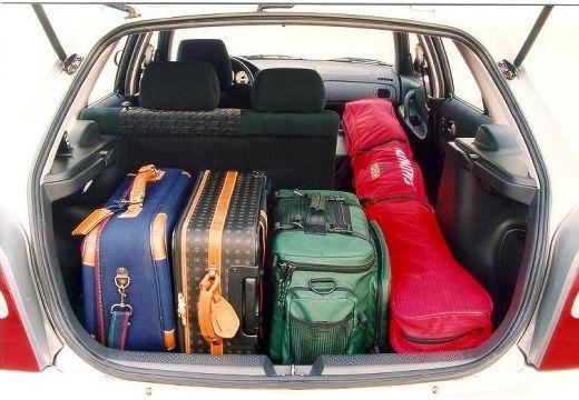 MAZDA 323 hatchback silver grey przestrzeń załadunkowa
