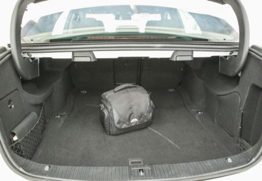 MERCEDES-BENZ Klasa E W 212 II sedan przestrzeń załadunkowa