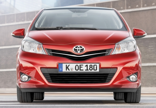 Toyota Yaris V hatchback czerwony jasny przedni