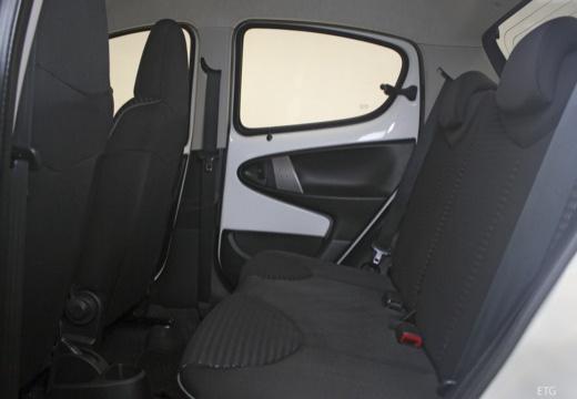 PEUGEOT 107 III hatchback wnętrze