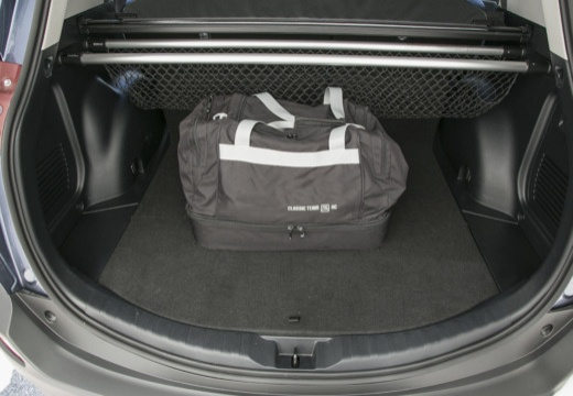 Toyota RAV4 VII kombi niebieski jasny przestrzeń załadunkowa