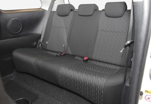 Toyota Yaris V hatchback biały wnętrze
