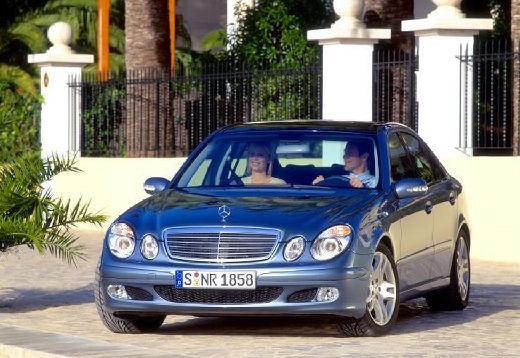 MERCEDES-BENZ Klasa E W 211 I sedan niebieski jasny przedni lewy
