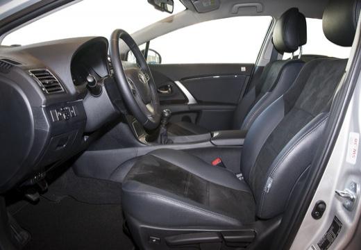 Toyota Avensis VI sedan silver grey wnętrze