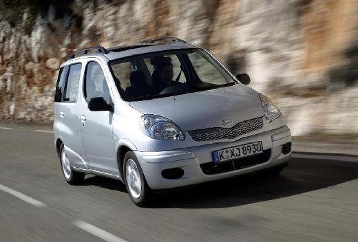 Toyota Yaris kombi silver grey przedni prawy