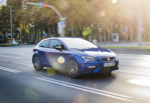 SEAT Leon hatchback niebieski jasny przedni prawy
