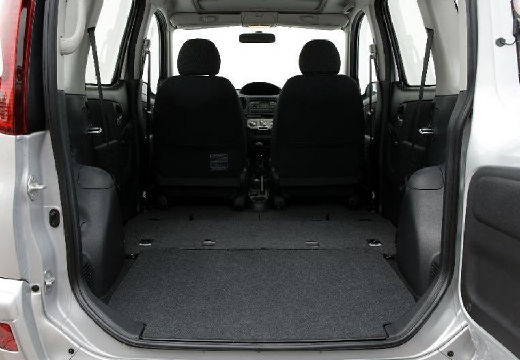 Toyota Yaris kombi silver grey przestrzeń załadunkowa