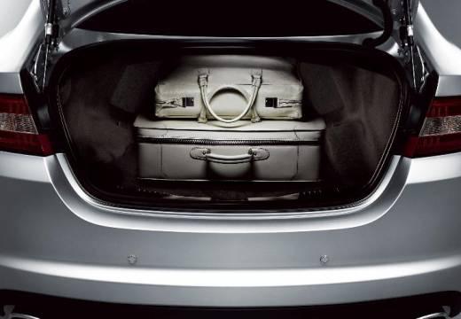 JAGUAR XF I sedan silver grey przestrzeń załadunkowa