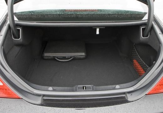 MERCEDES-BENZ Klasa CLS C 219 II sedan czarny przestrzeń załadunkowa