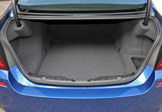 BMW Seria 5 F10 I sedan przestrzeń załadunkowa