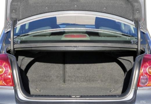 Toyota Avensis III sedan przestrzeń załadunkowa
