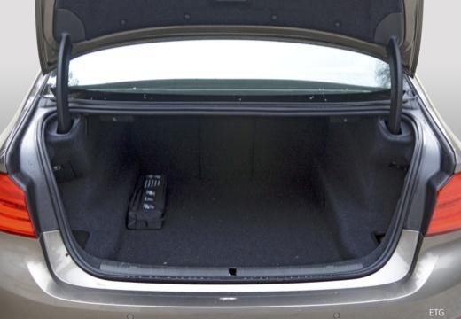BMW Seria 5 G30 sedan przestrzeń załadunkowa