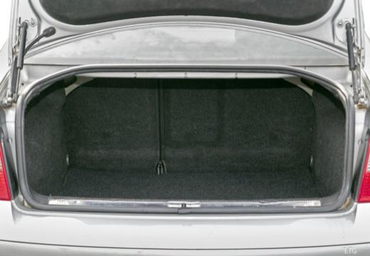 VOLKSWAGEN Passat IV sedan silver grey przestrzeń załadunkowa