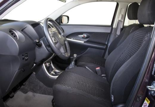 Toyota Urban Cruiser hatchback fioletowy wnętrze