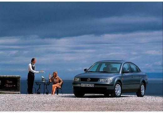VOLKSWAGEN Passat III sedan niebieski jasny przedni lewy