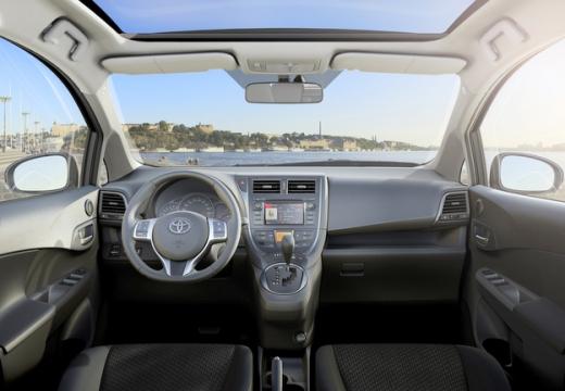 Toyota Verso-S hatchback tablica rozdzielcza