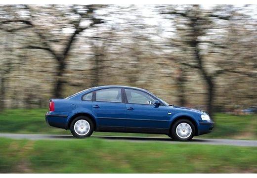 VOLKSWAGEN Passat III sedan niebieski jasny boczny prawy