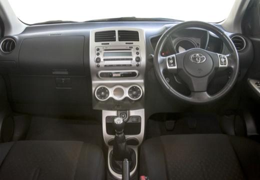 Toyota Urban Cruiser hatchback fioletowy tablica rozdzielcza