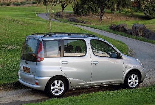 Toyota Yaris Verso I kombi silver grey tylny prawy