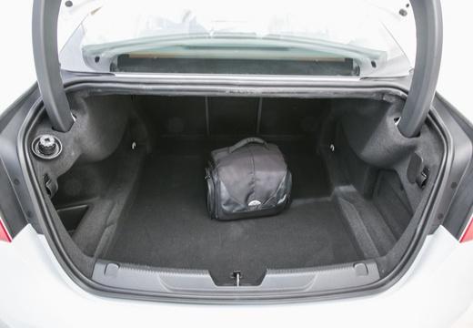 JAGUAR XE I sedan biały przestrzeń załadunkowa
