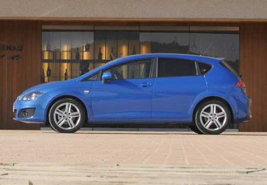 SEAT Leon III hatchback niebieski jasny boczny lewy