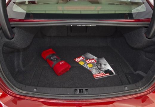 VOLVO S60 IV sedan czerwony jasny przestrzeń załadunkowa