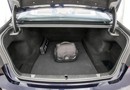 BMW Seria 7 sedan przestrzeń załadunkowa