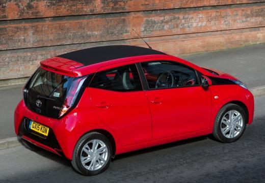Toyota Aygo IV hatchback czerwony jasny tylny prawy