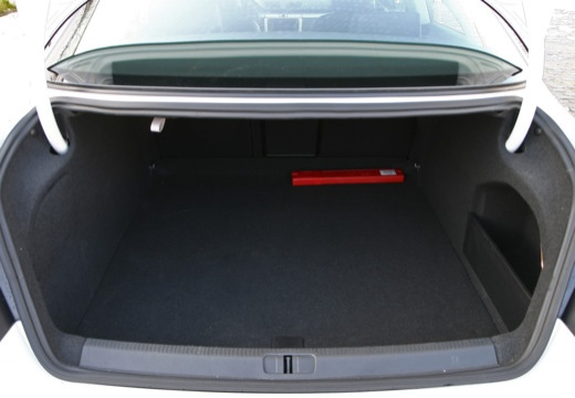 VOLKSWAGEN Passat CC sedan biały przestrzeń załadunkowa