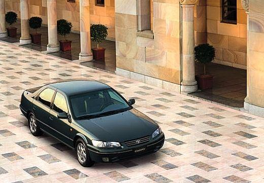 Toyota Camry sedan czarny przedni prawy