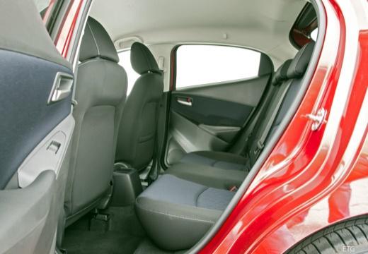 MAZDA 2 IV hatchback czerwony jasny wnętrze